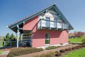Einfamilienhaus mit Balkon und extravaganter Fassadengestaltung