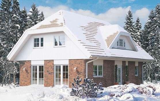 Haus mit Krüppelwalmdach im Schnee