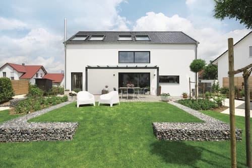 Großzügiger Garten mit Terrasse