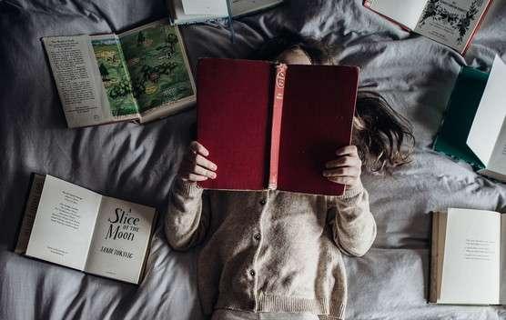 Um seinem Nachwuchs in der digitalen Welt das gedruckte Buch wieder näher zu bringen, kann man sich mit einer selbst eingerichteten Leseecke im Kinderzimmer behelfen.