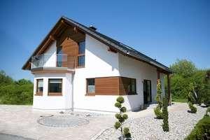 Fassade mit natürlichen Holzelementen