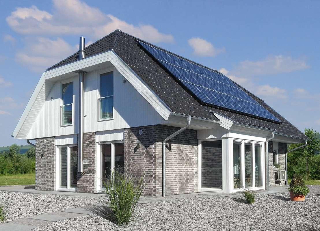 Haus mit Krüppelwalmdach mit Photvoltaik