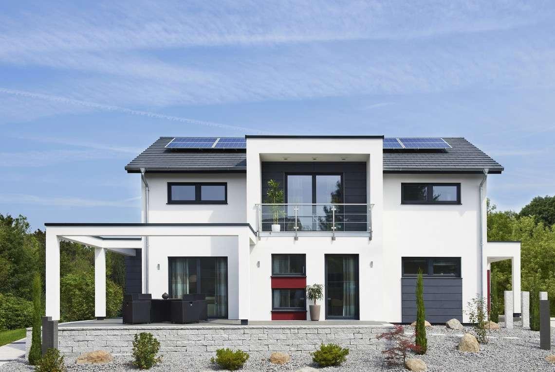 Einfamilienhaus mit Satteldach und Photovoltaikanlage.