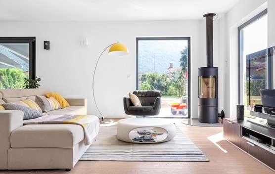 Modernes Wohnzimmer mit Schwedenofen