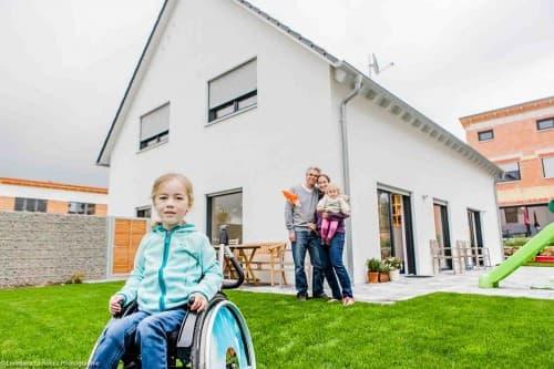 Aussenansicht Eigenheim mit Familie