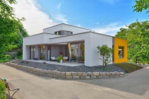 Bungalow mit oranger Fassade