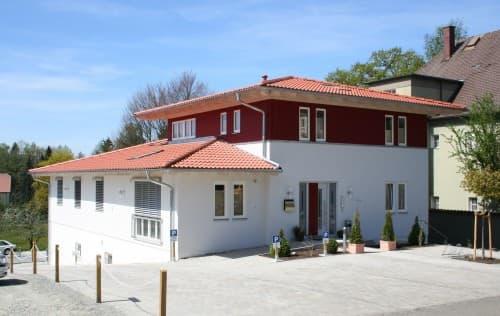 Moderne rot gestaltete Fassadenelemente