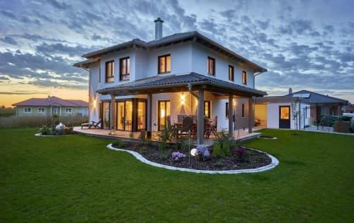 Terrasse und Garten am Abend
