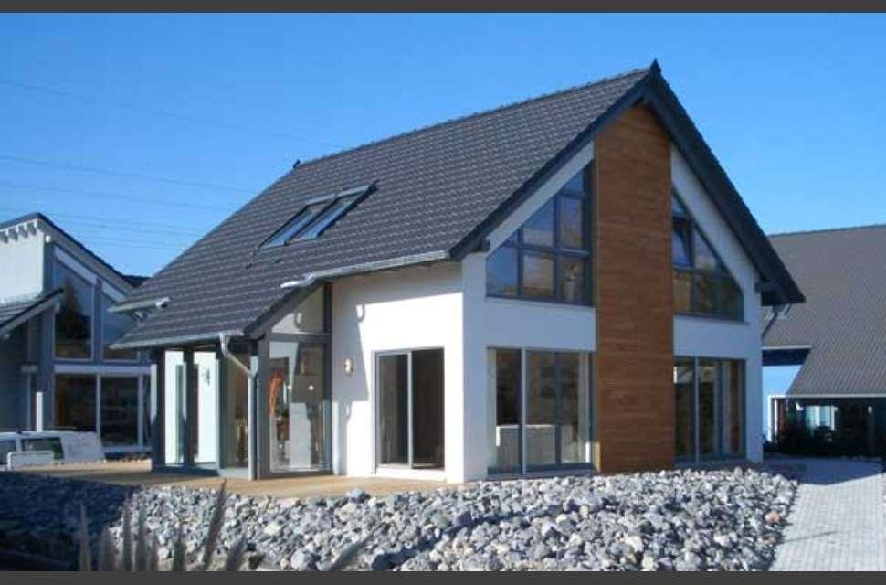 Fassade mit großen Holzelementen