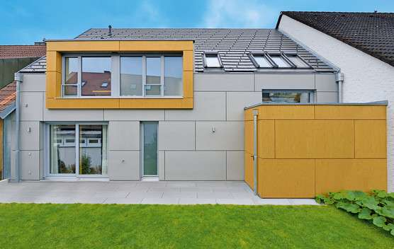 KREATIVE ARCHITEKTUR - Das ca. 160 m² große Gruber Naturholzhaus glänzt mit einer Mischfassade aus Holzwerkstoffplatten und einer integrierten Garage. Es wurde als Reihenmittelhaus zwischen zwei bestehenden Häusern perfekt eingepasst.