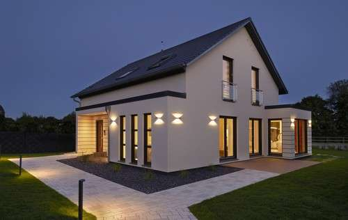 Einfamilienhaus mit Satteldach und Panorama-Cube.