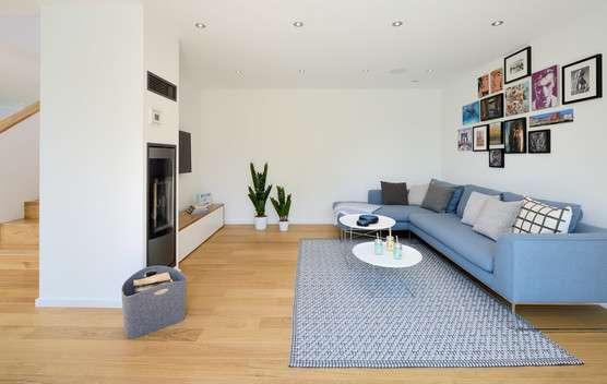 Gemütlicher Wohnbereich in blauer Inneneinrichtung
