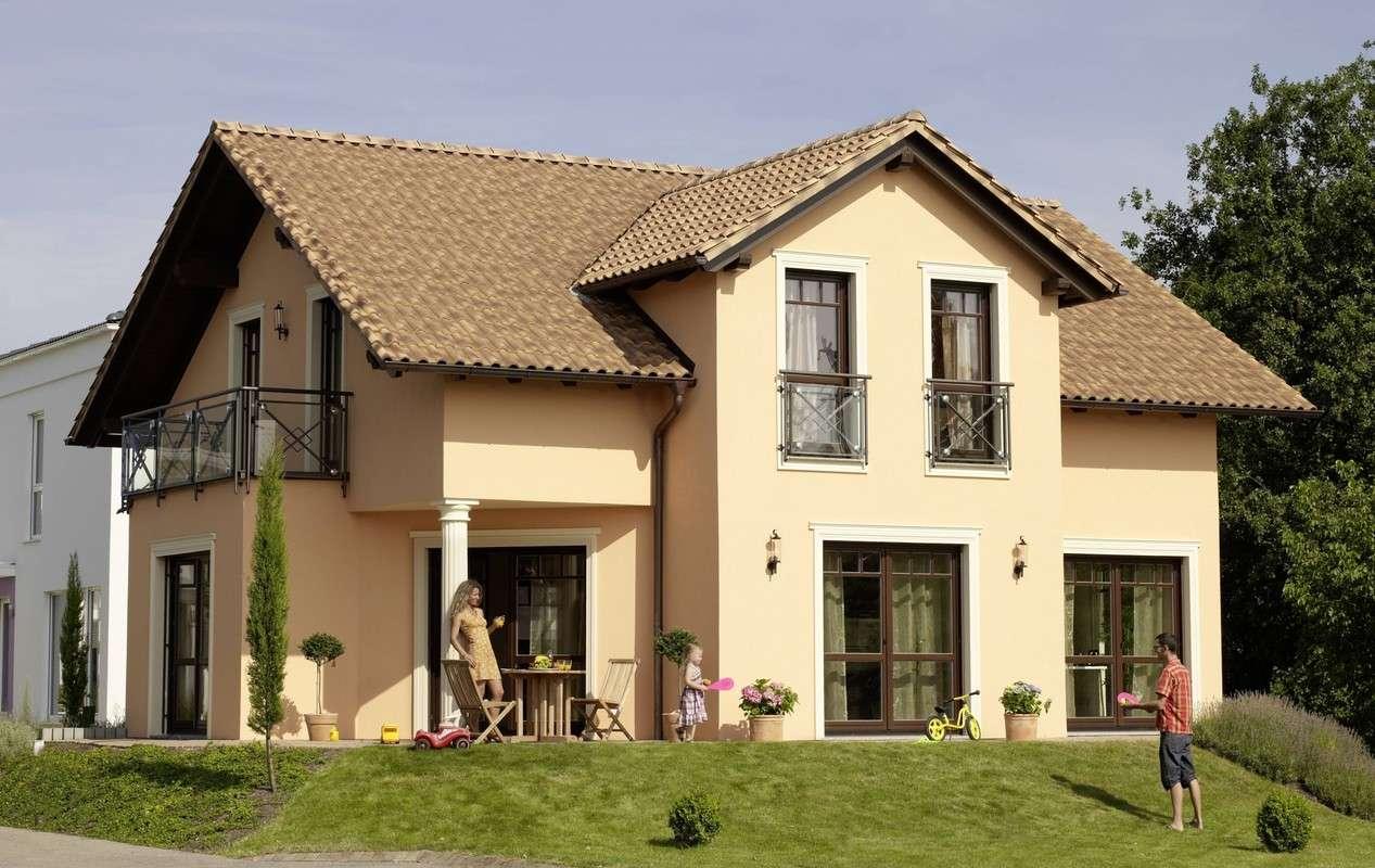Einfamilienhaus mit Satteldach und drittem Giebel.