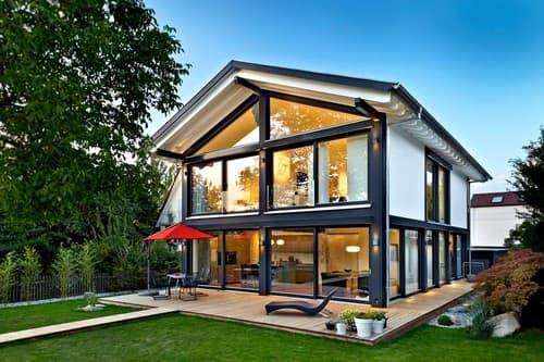 Holzhaus mit viel Glas